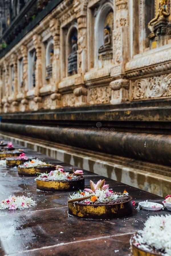 Cankamana修道院步行阁下走在有开花的莲花和花的这些平台的菩萨在摩诃菩提寺 免版税库存图片