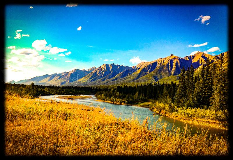 Canmorebergen en rivier royalty-vrije stock foto