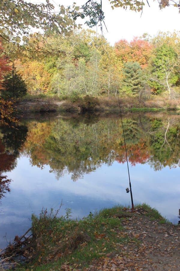 Canna da pesca all'azienda agricola della curvatura del fiume fotografie stock