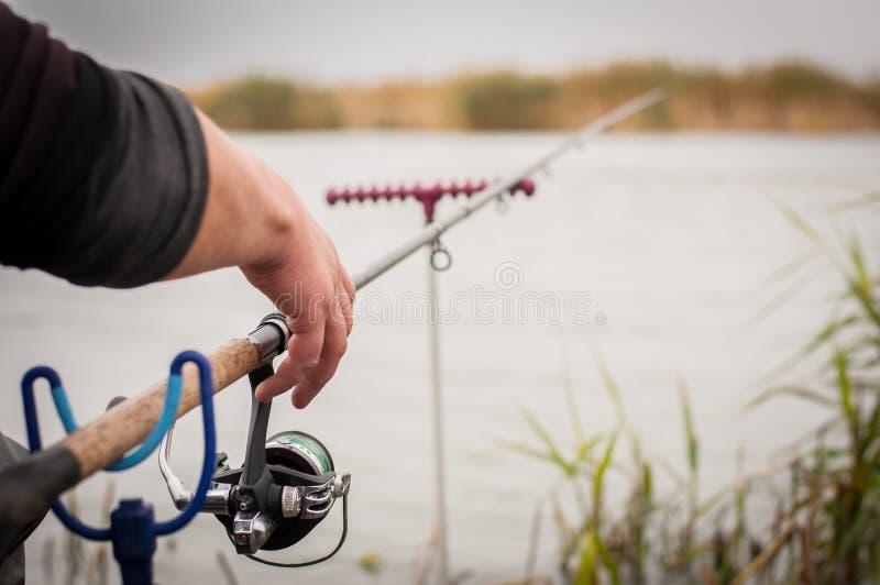 Canna da pesca con una bobina vicino al fiume Pescando sulla carpa, orata immagini stock libere da diritti