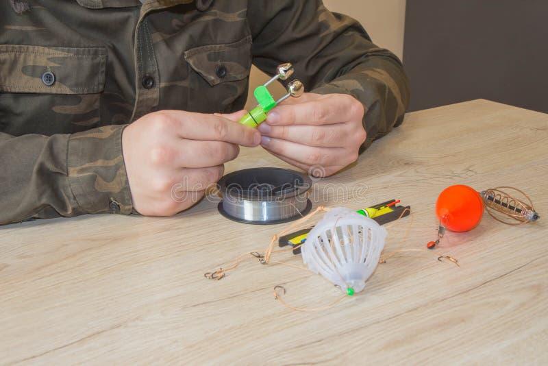 Canna da pesca e spinnings nella composizione con gli accessori per la pesca sui precedenti sulla tavola immagini stock libere da diritti
