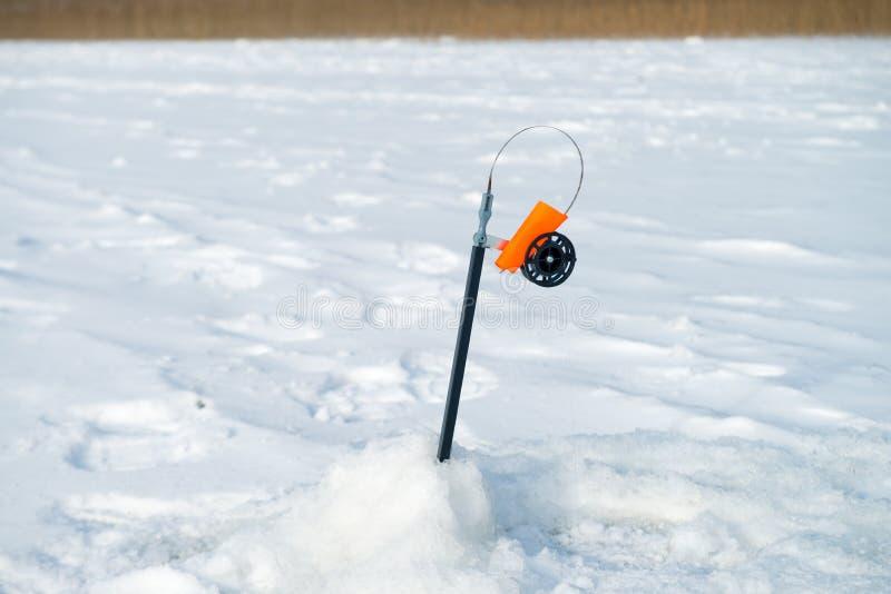 Canna da pesca per pesca di inverno sul ghiaccio che aspetta il pesce b fotografie stock
