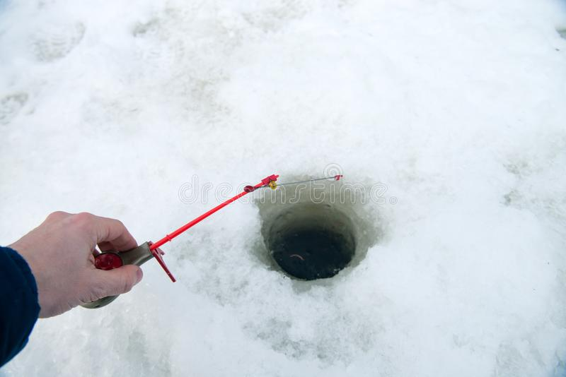 Canna da pesca per pesca di inverno sul ghiaccio che aspetta il pesce b immagine stock libera da diritti