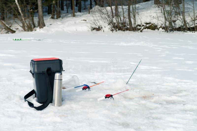 Canna da pesca per pesca di inverno sul ghiaccio che aspetta il pesce b fotografie stock libere da diritti