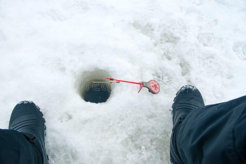 Canna da pesca per pesca di inverno sul ghiaccio che aspetta il pesce b fotografia stock libera da diritti