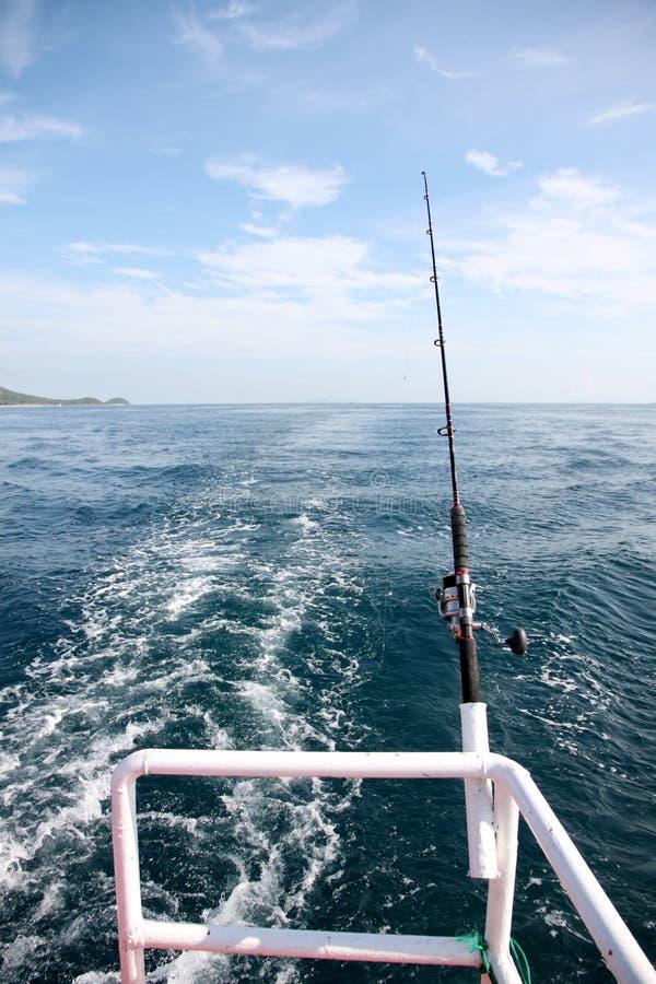 Canna da pesca su una barca immagini stock
