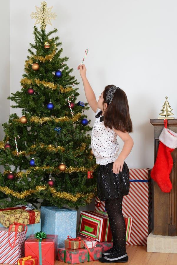 Canna di caramella d'attaccatura del bambino sull'albero di Natale fotografia stock