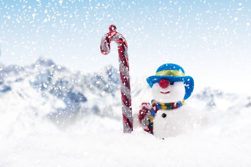 Canna di caramella ed uomo della neve per natale fotografia stock libera da diritti