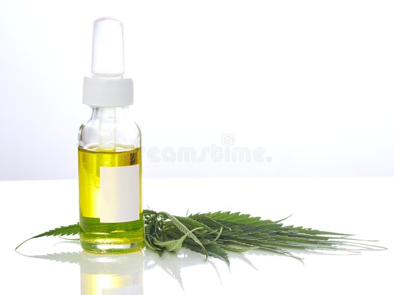 Cannabis avec de l'huile d'extrait dans une bouteille photos stock
