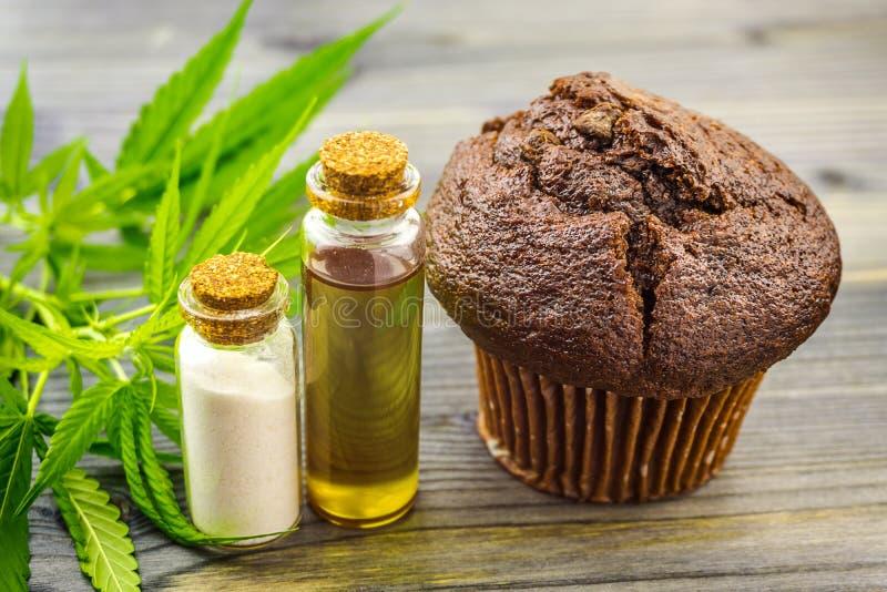 Cannabis cupcake muffin mit CBD Crystals isolate CBD Öl- und Hanfblätter stockfotografie