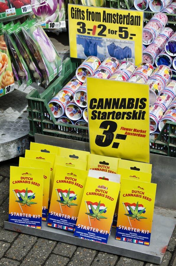 Cannabis och tulpan som säljs till den sväva marknaden av Amsterdam Hol arkivbild