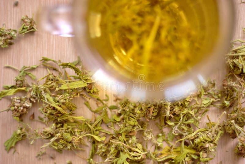 Cannabisaftreksel stock foto's