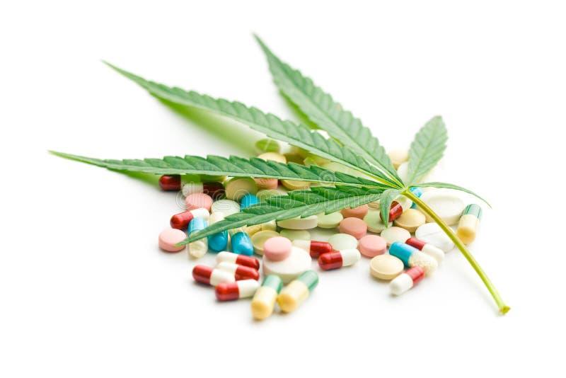 Cannabisblad och medikament arkivfoto