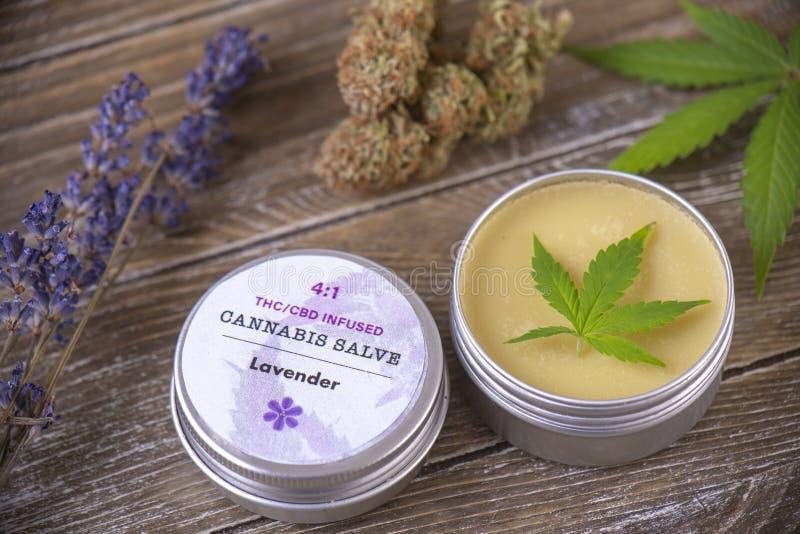 Cannabishampakräm med marijuanasidor, lavendel och nugs på arkivfoton