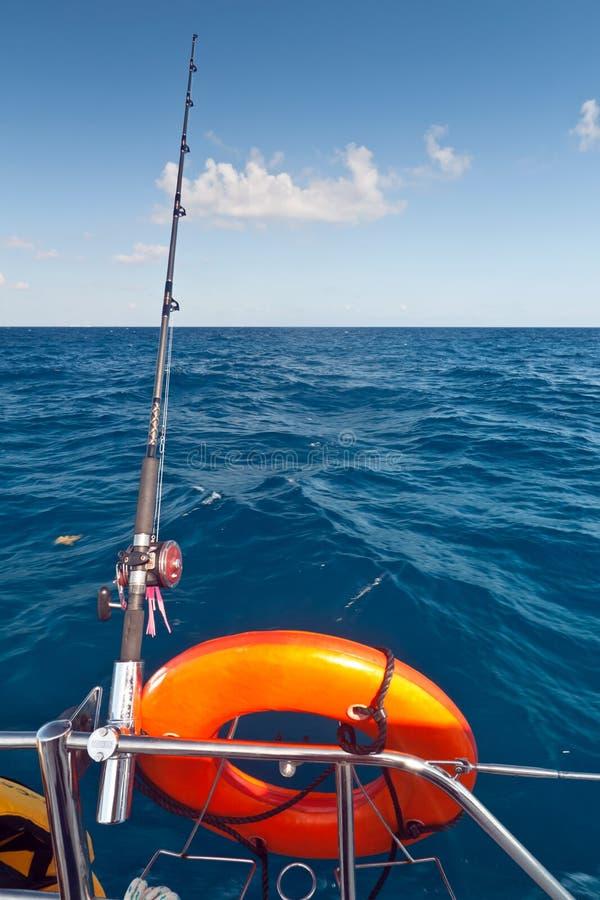 Canne à pêche sur le bateau photographie stock libre de droits