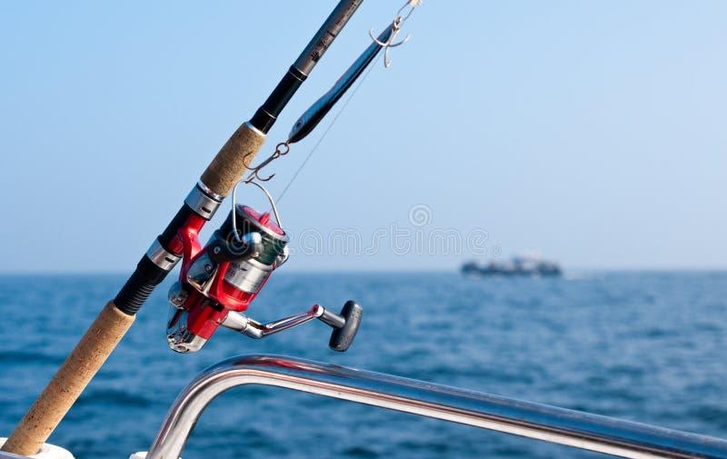 Canne à pêche sur le bateau en mer image stock