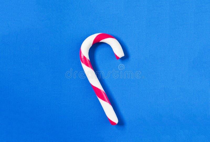 Canne de sucrerie de Noël sur un fond bleu image stock