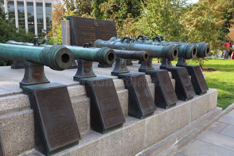 Canne di vecchi cannoni vicino alla costruzione del museo nel Cremlino di Mosca fotografia stock libera da diritti
