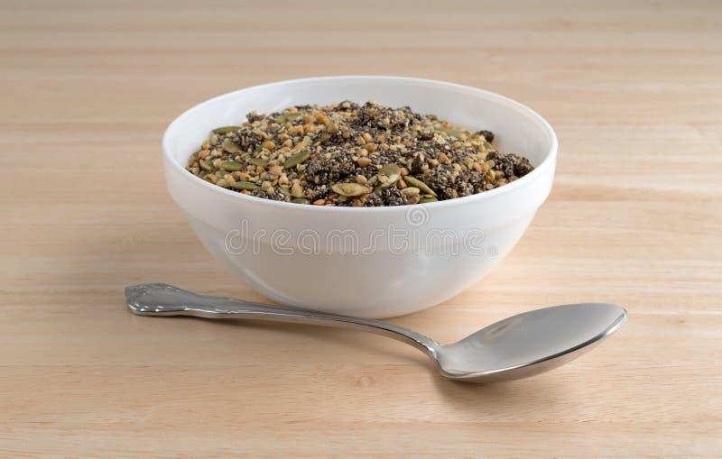 Canneberge de Chia et céréale de petit déjeuner de graines de citrouille dans la cuvette photo stock