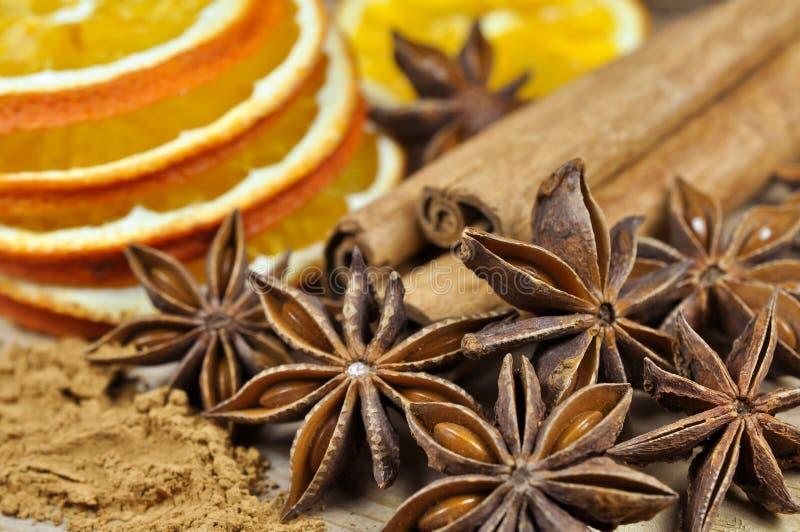 Cannelle, anis et tranches d'orange sèche photographie stock libre de droits