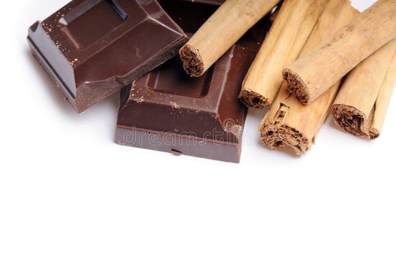 Cannelle avec du chocolat images libres de droits