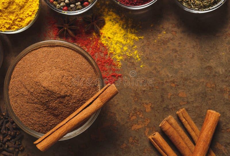 Cannelle moulue Place pour le texte Différents types d'épices dans une cuvette sur un fond en pierre La vue ? partir du dessus photo stock