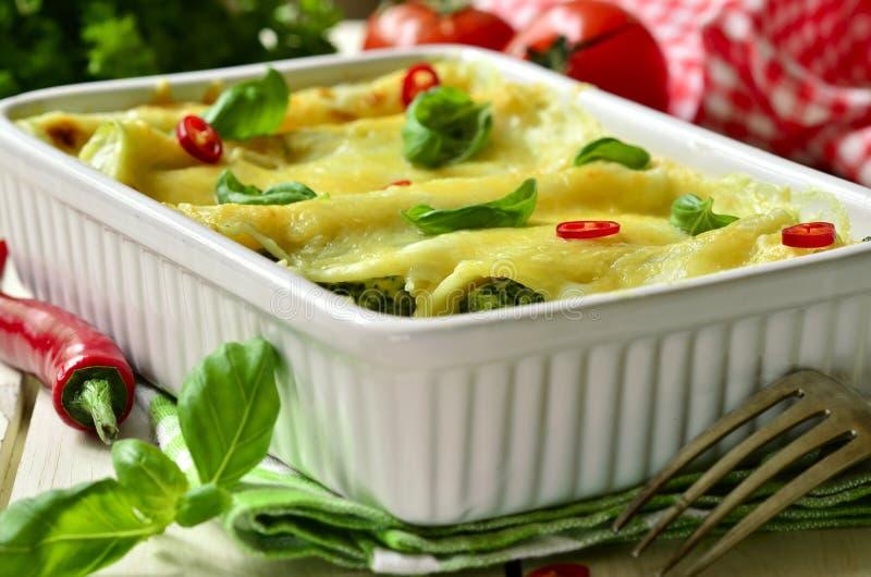 Cannelloni - ψημένα ζυμαρικά που γεμίζονται με το σπανάκι, το κοτόπουλο και το τυρί στοκ φωτογραφία με δικαίωμα ελεύθερης χρήσης