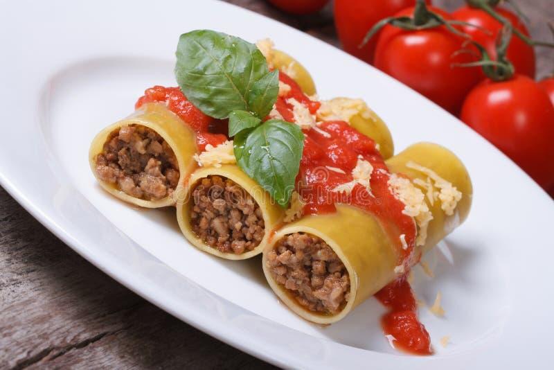Cannelloni bourré de la sauce de viande et tomate et du fromage photographie stock libre de droits