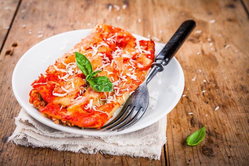 Cannelloni casalinghi con spinaci e salsa al pomodoro fotografia stock