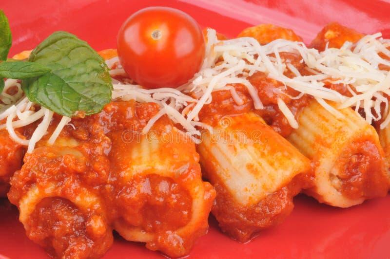 Cannelloni com molho de tomate e queijo raspado fotos de stock