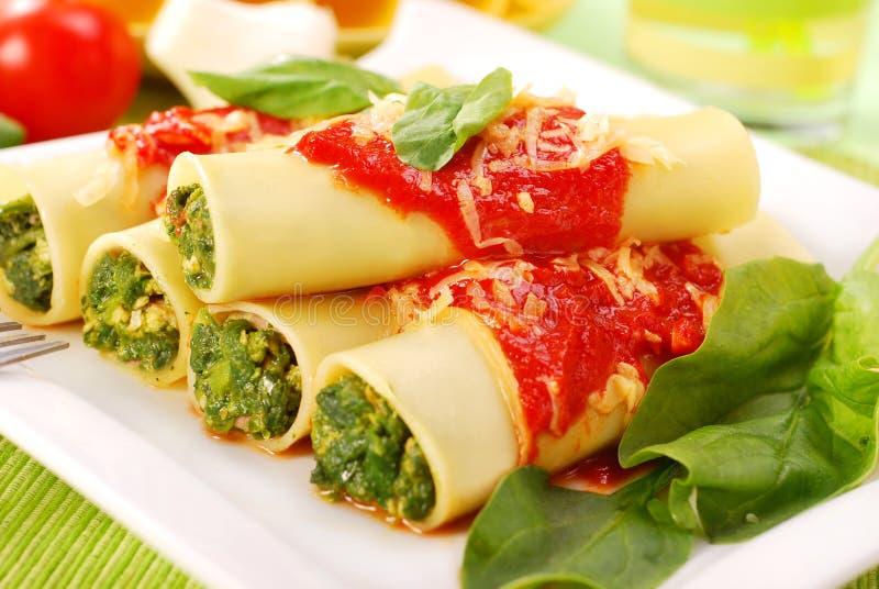 Cannelloni con espinaca imagenes de archivo
