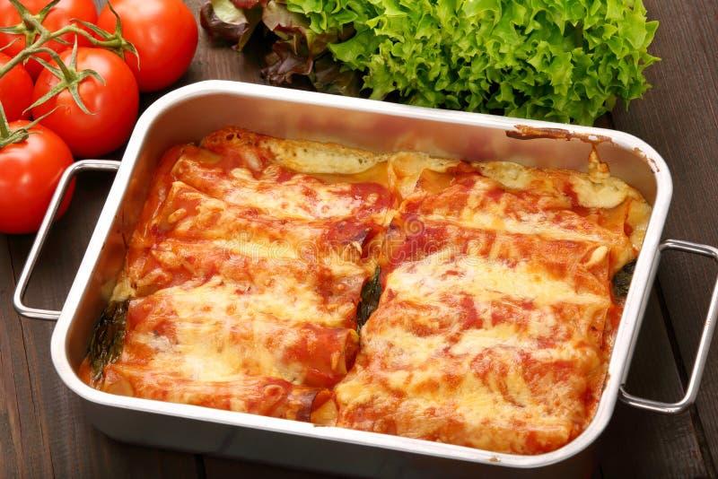 Cannelloni italien cuit au four dans une cuvette photos stock