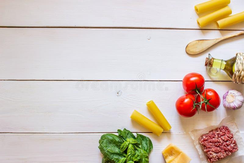Cannelloni, tomates, viande hach?e et d'autres ingr?dients Fond en bois blanc Cuisine italienne photos stock