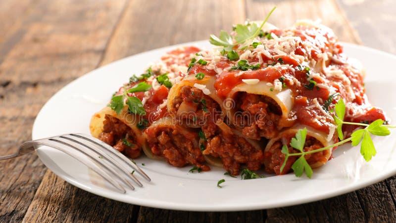 Cannellonien met rundvlees, tomatensaus royalty-vrije stock afbeelding