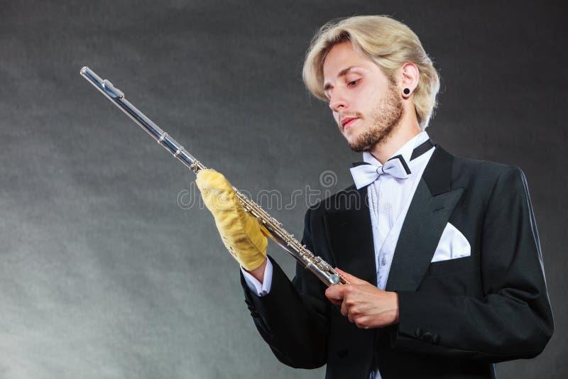 Cannelure d'une manière élégante habillée de nettoyage d'homme de musicien photos libres de droits