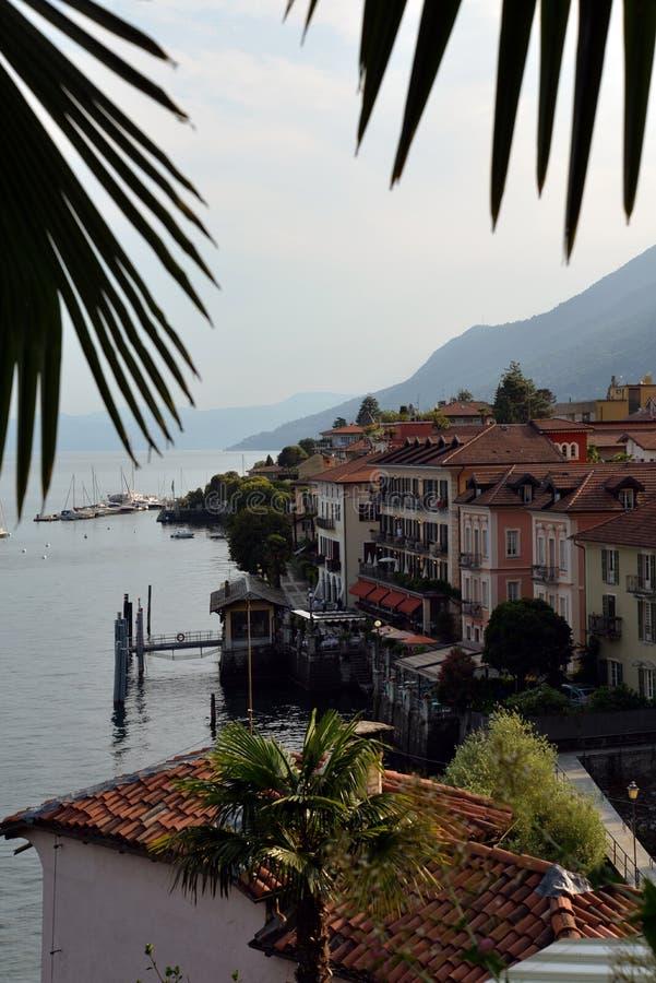 Cannero Riviera stad på sjön - lago - Maggiore, Italien royaltyfri foto