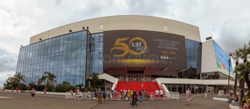 Cannes - bred sikt av filmfestivalslotten royaltyfri fotografi