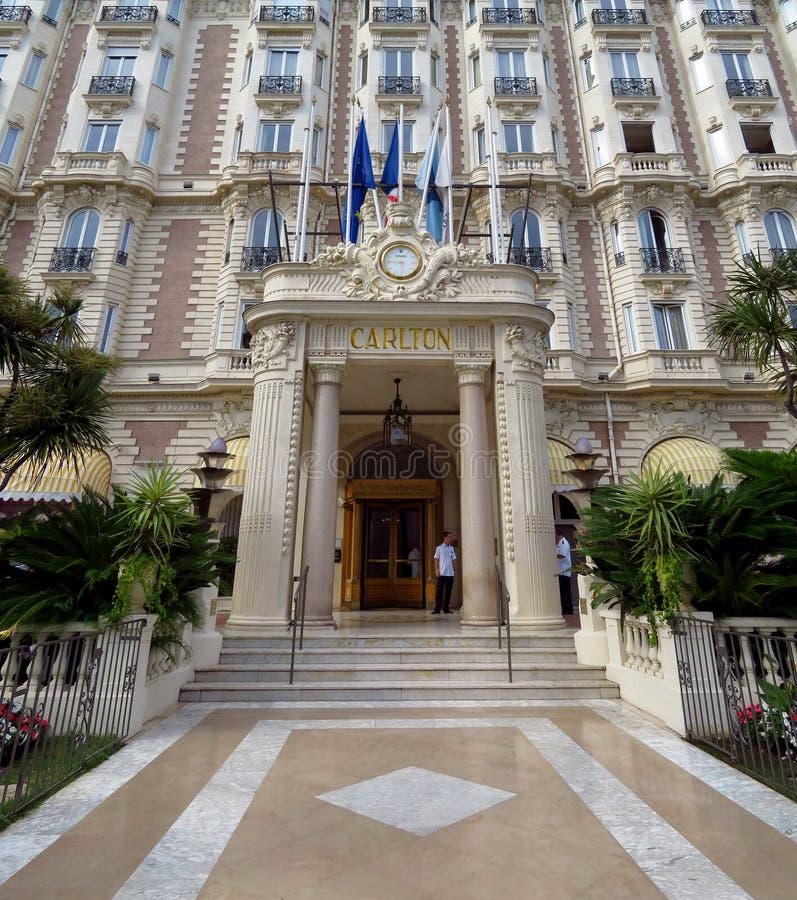 Cannes - främre ingång av Carlton Hotel royaltyfri fotografi