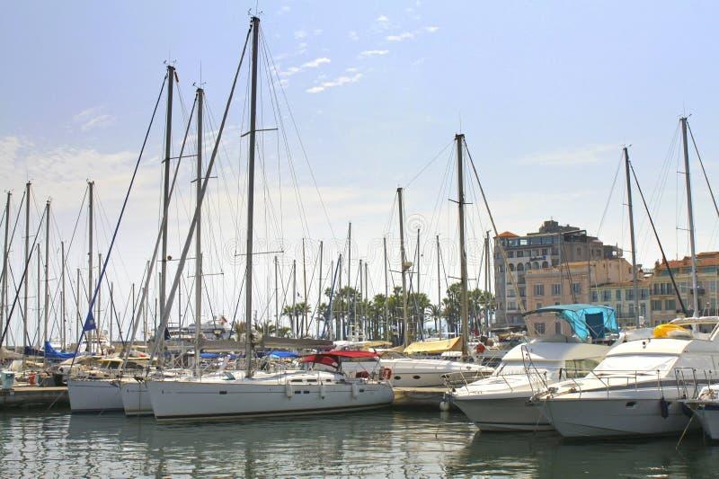 Cannes, France - 6 août 2013 : yachts dans le port photographie stock