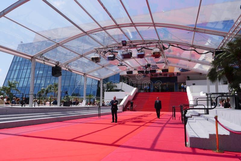 CANNES, FRANCIA 14 DE MAYO: La escalera del palacio del festival mostrada encendido puede, 2018 en Cannes, Francia La alfombra ro foto de archivo libre de regalías