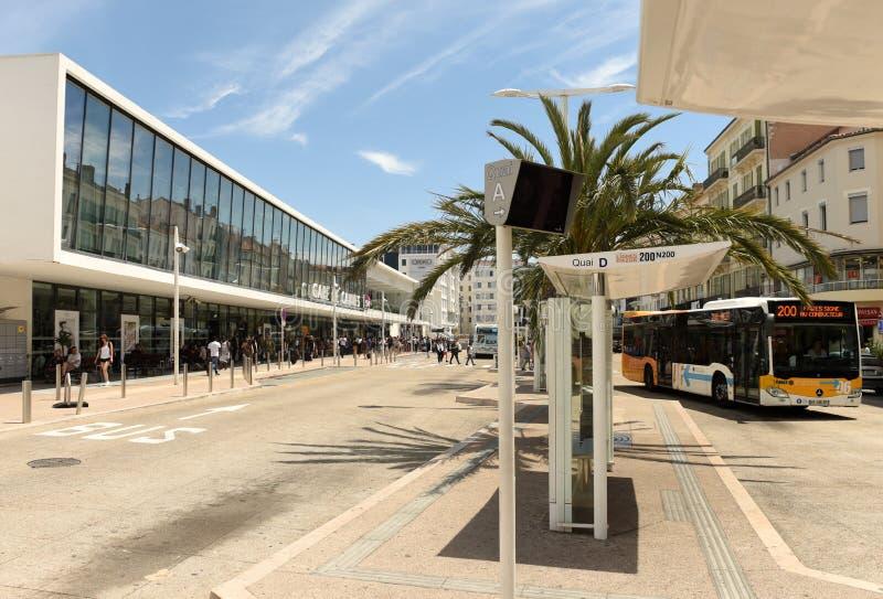 Cannes, Francia - 21 giugno 2019: Fermata dell'autobus vicino al Gare de Cannes la stazione ferroviaria principale immagine stock