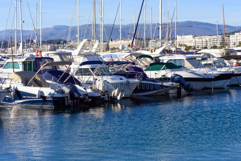 Cannes, Frankreich, im März 2019 Weiße teure Yachten auf einem Hintergrund von Bergen an einem sonnigen Tag Yachtparken in Cannes lizenzfreies stockfoto