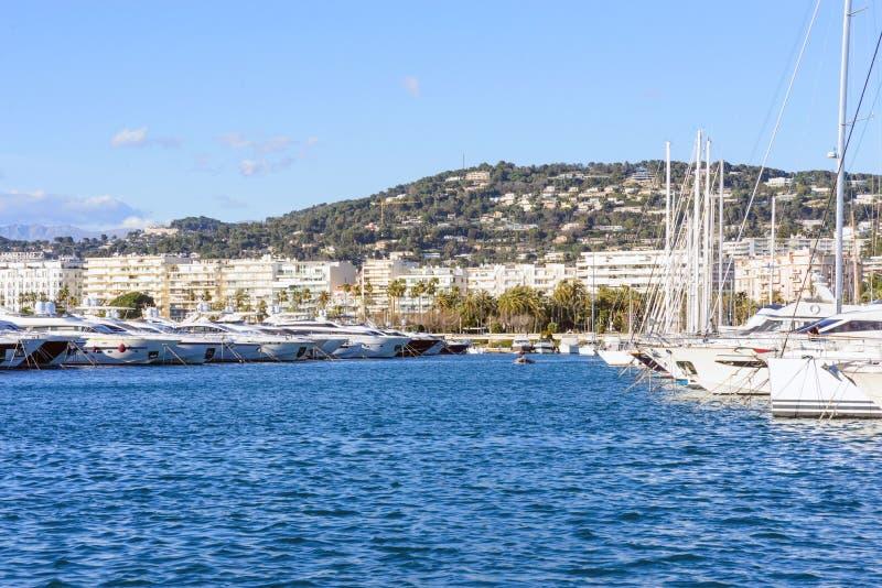 Cannes, Frankreich, im März 2019 Weiße teure Yachten auf einem Hintergrund von Bergen an einem sonnigen Tag Yachtparken in Cannes lizenzfreies stockbild