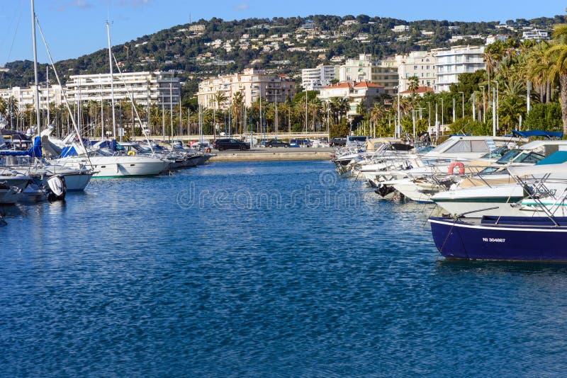 Cannes, Frankrijk, Maart 2019 Witte dure jachten op een achtergrond van bergen op een zonnige dag Jachtparkeren in Cannes, Frankr stock foto's
