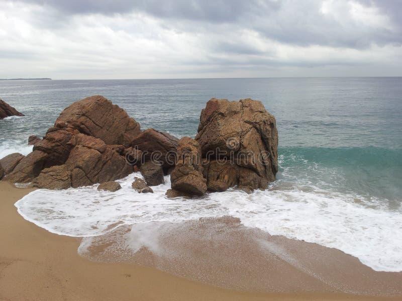 Cannes Frankrike strand med sand och vågor fotografering för bildbyråer