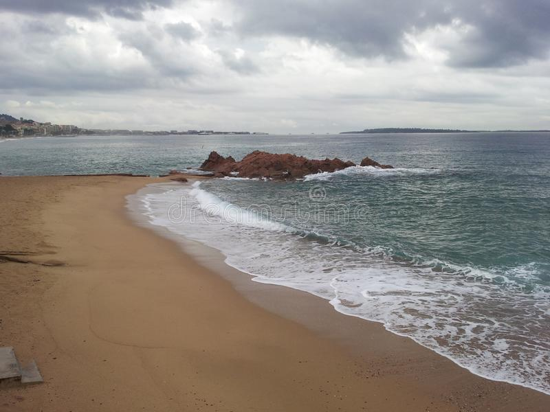 Cannes Frankrike strand med sand och vågor arkivbild