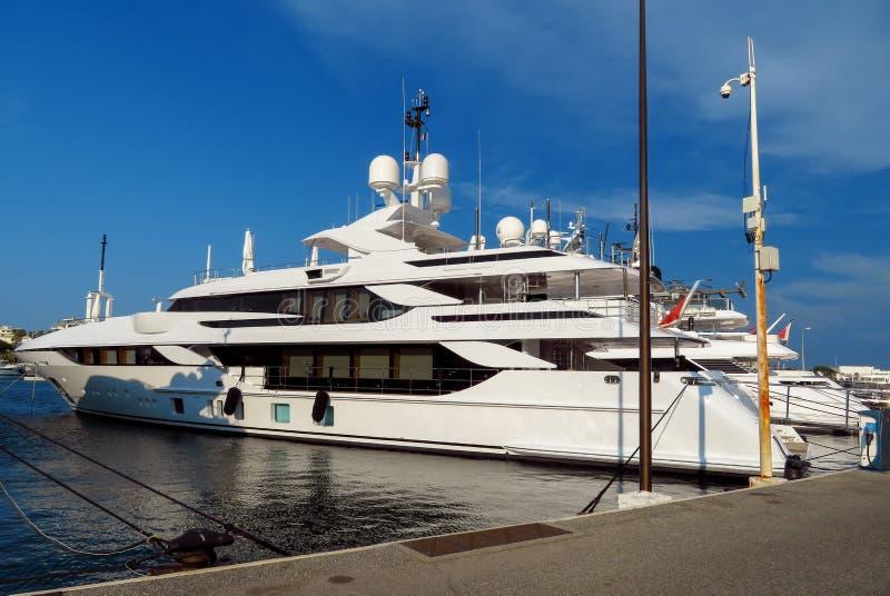 Cannes - lyxig yacht i port fotografering för bildbyråer