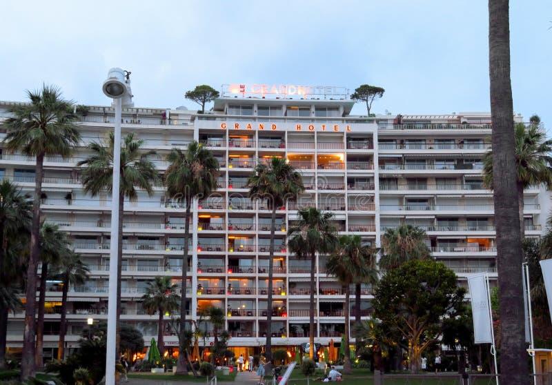 Cannes - nattsikt av det storslagna hotellet fotografering för bildbyråer