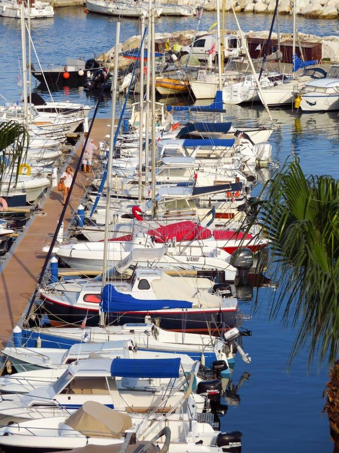 Cannes - petits yachts ancrés dans le port images libres de droits