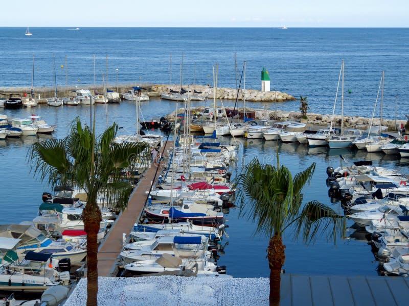 Cannes - petits yachts ancrés dans le port photos stock